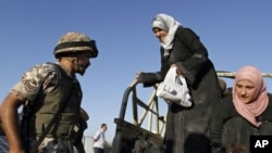 Photo d'archives: des réfugiées photographiées à la frontière entre la Jordanie et la Syrie.