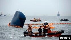 """Kapal-kapal penyelamat bergerak di sekitar kapal penumpang Korea Selatan """"Sewol"""" yang tenggelam di Jindo (17/4). (Reuters/Kim Kyung-Hoon)"""