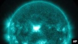 L'une des deux éruptions solaires observées par la Nasa le 10 septembre (AP)