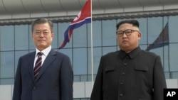 El presidente de Corea del Sur, Moon Jae-in (izquierda) posa junto al líder de Corea del Norte, Kim Jong Un, a su llegada a Pyongyang, Corea del Norte, el martes, 18 de septiembre de 2018.