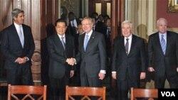 El senador Harry Reid estrecha su mano al presidente Hu Jintao, acompañado por los senadores John Kerry, a la izquierda en la foto, y Richard Lugar y John McCain.