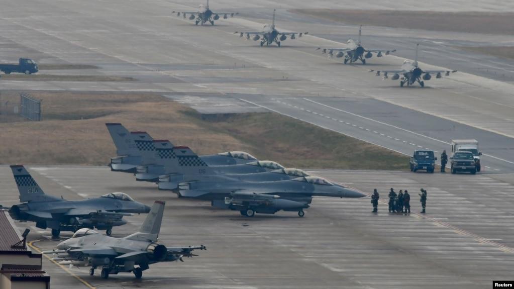 미·한 대규모 공중연합훈련 '비질런트 에이스'에 참가한 미 공군 제36전투비행대 소속 F-16 전투기들이 3일 주한미군 오산기지에서 출격 대기하고 있다.