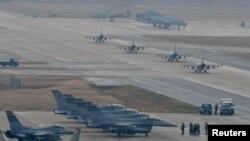지난 2017년 12월 미한 공중연합훈련 '비질런트 에이스'에 참가한 미 공군 38전투비행대 소속 F-16 전투기들이 주한미군 오산기지에서 출격 대기하고 있다.