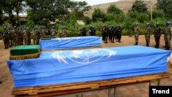 Cérémonies d'hommages rendus aux soldats de l'ONU tués dans un attentat, à Bamako, Mali, 18 décembre 2013