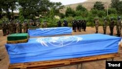 Des soldats Maliens et de la Mission de l'ONU au Mali (MINUSMA) rendent hommage à deux casques bleus tués dans un attentat, Bamako, le 18 décembre 2013.