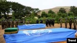 Cérémonie d'hommage aux Casques bleus maliens tués dans un attentat à la bombe, à Bamako, 18 décembre 2013
