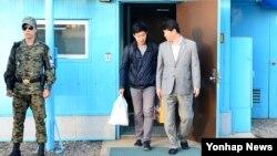 북한에 억류되었던 한국 국적 미 유학생 주원문 씨(가운데)가 5일 판문점 을 통해 돌아오고 있다.