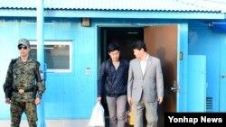 북한에 억류되었던 한국 국적 미 유학생 주원문 씨가 5일 판문점 을 통해 돌아오고 있다.