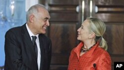 Secretary of State Hillary Rodham Clinton (r) and Egyptian Foreign Affairs Minister Mohamed Kamel Amr at the State Department in Washington, Sept. 28, 2011