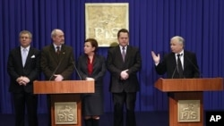 Brother of the late President Lech Kaczynski, Jaroslaw Kaczynski (r), speaks at a news conference in Warsaw, 12 Jan 2011