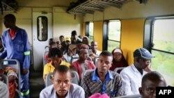 Des passagers voyagent dans le train reliant Nampula-Cuamba, au Mozambique, le 10 mars 2018.
