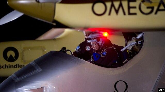 Nhà thám hiểm Bertrand Piccard, chuẩn bị cất cánh từ phi trường Barajas ở Madrid, ngày 5/6/2012