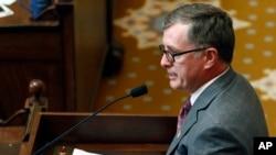 El representante demócrata Jay Hughes pidió a los legisladores de su partido que votaran en contra de la Ley 1523 que fue bloqueada por un juez federal.