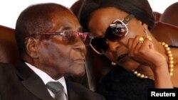 Le président Robert Mugabe et sa femme Grace à Harare, Zimbabwe, le 28 août 2017.