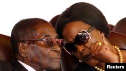 Le président du Zimbabwe Robert Mugabe et sa femme Grace à Harare, le 28 août 2017.