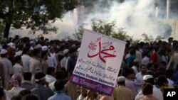 Warga Pakistan memrotes film anti-Islam, memblokir jalan menuju Kedutaan Besar Amerika Serikat di Islamabad. (AP/B.K. Bangash)