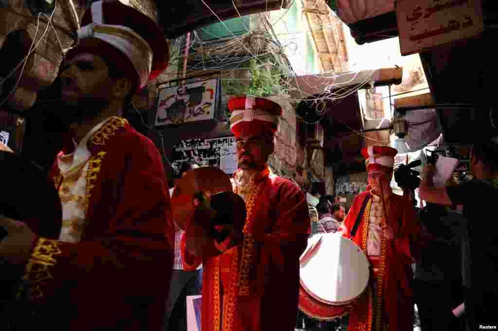 این گروه نوازنده ترک در حاشیه ماه رمضان در لبنان، عصر ها در بازار می نوازند.