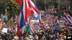 Demonstran anti-pemerintah Thailand melanjutkan aksi unjuk rasa di jalanan kota Bangkok (18/1).