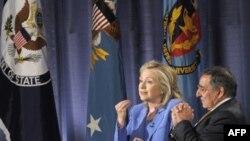 Dışişleri Bakanı Clinton, Savunma Bakanı Leon Panetta'yla birlikte Washington'daki Ulusal Savunma Üniversitesi'nde Suriye ve Libya konusunda soruları yanıtladı.