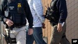 El Servicio de Inmigración y Aduanas, ICE, informó que 99 de los arrestados tenían antecedentes penales.
