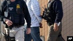 美國聯邦探員逮捕非法移民。(資料圖片)