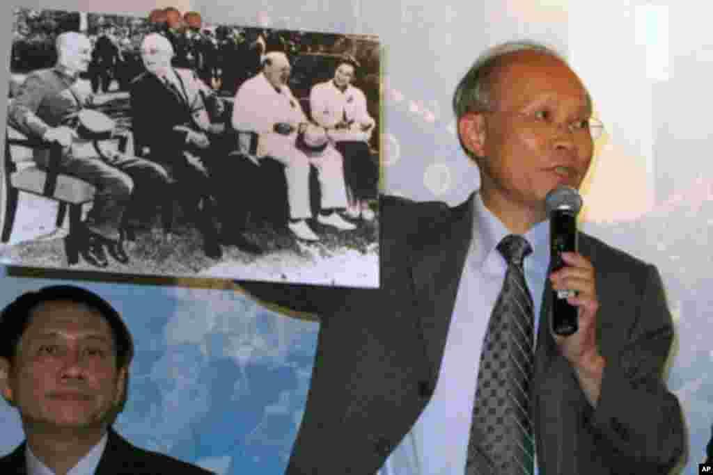 林政则手持开罗会议照片,左起蒋中正、罗斯福、邱吉尔