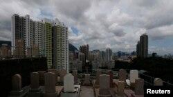 سنگ قبرهای گورستان رو به آپارتمان مسکونی در مرکز شهر هنگ کنگ – ۸ خردادماه (۲۹ مه)
