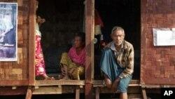 棲身在臨時避難營地裡的克欽族人,他們因緬甸軍方和克欽族反政府武裝之間的戰鬥而逃離家園。