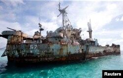Có khoảng 10 binh sĩ Philippines trú đóng trên chiến hạm Sierra Madre.
