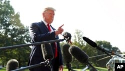 Rais Donald Trump akizungumza na waandishi wa habari (hawako katika picha) kabla ya kuanza ziara yake Ohio na Texas Jumatano