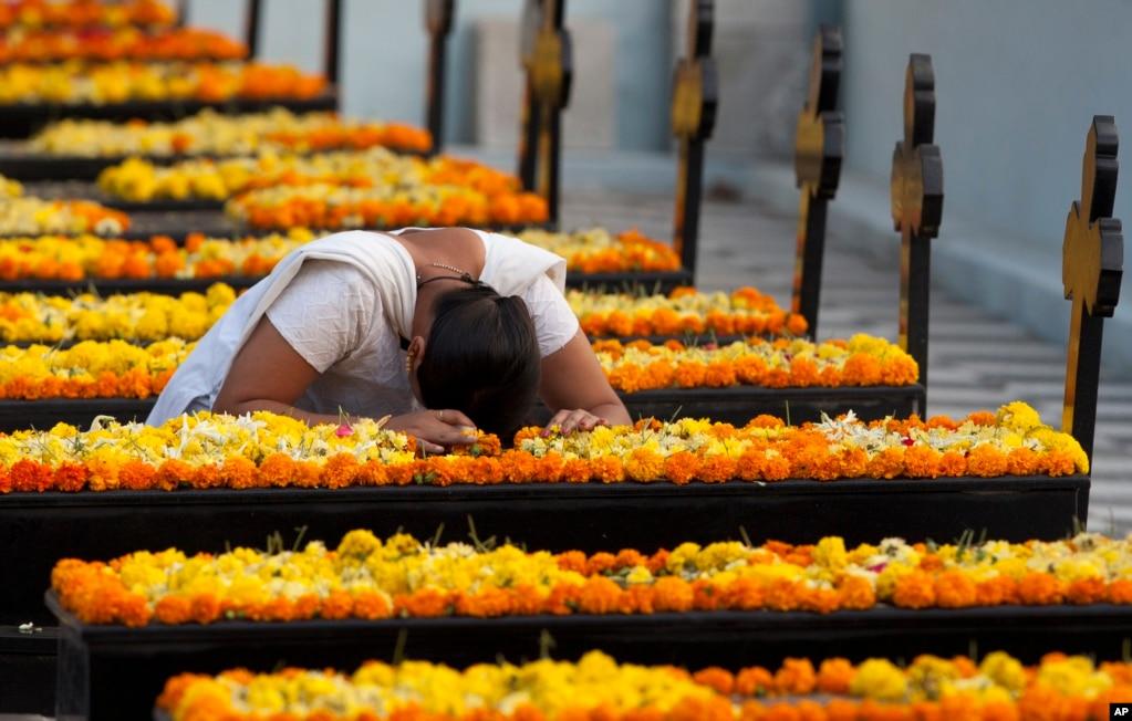 '위령의 날'을 맞아 인도 하이데라바드의 묘지에서 한 여성이 기도를 하고 있다.