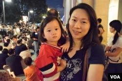 香港市民陳小姐與兩歲女兒。(美國之音湯惠芸)