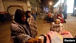 8일 멕시코 멕시코시티에서 지진의 진동을 느낀 주민들이 거리로 대피했다.