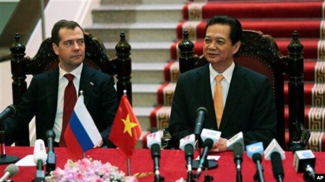 Thủ tướng Nga Dmitri Medvedev và Thủ tướng Nguyễn Tấn Dũng trong cuộc họp báo chung tại Văn phòng Chính phủ ở Hà Nội, ngày 7/11/2012.