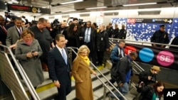 Le gouverneur de l'Etat de New York, Andrew Cuomo (à gauche) entouré d'invités et de journalistes dans la nouvelle station de la 86e rue, qui a été inaugurée samedi soir