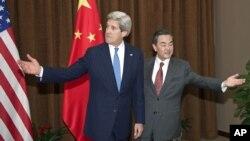 Ngoại trưởng Mỹ John Kerry và Ngoại trưởng Trung Quốc Vương Nghị tại một cuộc họp ở Bắc Kinh. Trung Quốc đã đồng ý thảo luận với các nước ASEAN tại Bắc Kinh vào tháng 9 tới đây về một bộ qui tắc hành xử để tránh xung đột ở Biển Đông.