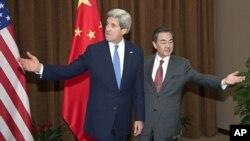 AQSh Davlat kotibi Jon Kerri (chapda) Xitoy Tashqi ishlar vaziri Vang Yi bilan, 13-aprel, 2013-yil, Pekin, Xitoy.