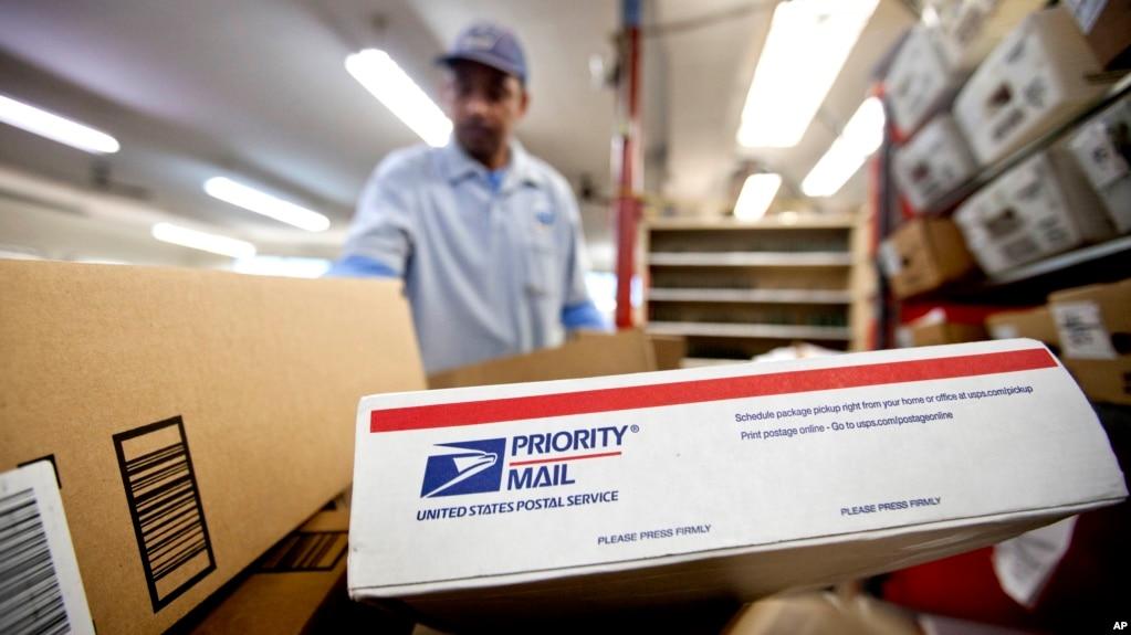 Bưu phẩm đang được phân loại tại bưu điện Hoa Kỳ.