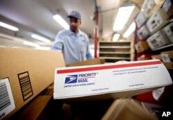 미국 조지아주 애틀랜타의 한 우체국 직원이 우편물을 분류하고 있다. (자료사진)