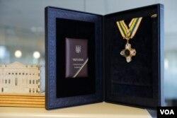 Президент Порошенко нагородив Ричарда Луґара орденом Свободи