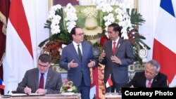 Presiden Joko Widodo dan Presiden Republik Perancis Francois Hollande menyaksikan penandatangan kerjasama Indonesia Perancis di Istana Merdeka, Jakarta, 29 Maret 2017 (Foto: Biro Pers Kepresidenan RI)