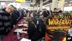"""美国顾客2010年12月在加州一家商店排队购买游戏开发者签名售出的视频游戏""""魔兽争霸"""""""