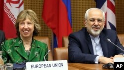 Menlu Iran Javad Zarif (kanan) dan kepala kebijakan luar negeri Uni Eropa Catherine Ashton membuka perundingan di Wina, hari Selasa (8/4).