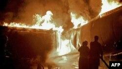 Pakistanski vatrogasci u borbi sa požarom koji su podmetnuli talibani u Islamabadu