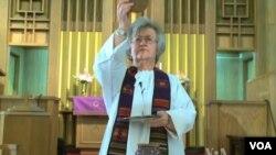 美国马里兰州的罗马天主教神职人员格洛丽雅. 卡尔佩纳托(VOA视频截图)