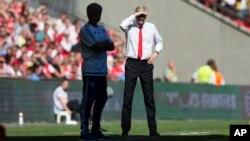 L'entraîneur d'Arsenal, Arsène Wenger, à droite, se tient aux côtés de son homologue de Chelsea, Jose Mourinho, lors du match de football anglais de Community Shield entre Arsenal et Chelsea à Wembley Stadium, Londres, Angleterre, 2 août 2015.