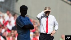 Le manager d'Arsenal, Arsène Wenger, à droite, se tient aux côtés de son homologue de Chelsea, Jose Mourinho, lors du match de football anglais de Community Shield entre Arsenal et Chelsea à Wembley Stadium, Londres, Angleterre, 2 août 2015.