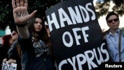Акция протеста перед знанием парламента Кипра, Никосия. 18 марта 2013 года