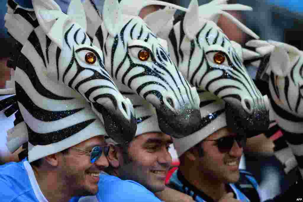 Pendukung tim Argentina mengenakan topi berbentuk zebra sebelum pertandingan grup C di Piala Dunia Rugby 2015 antara timnas Argentina dan Selandia Baru di stadion Wembley, London utara.
