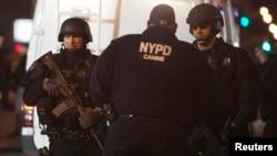 美國紐約市兩名警員遭襲擊喪生後,警員荷槍實彈封鎖現場進行調查。